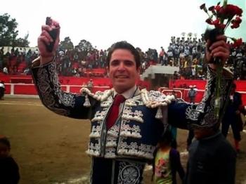 Diogo dos Santos a ombros em Sabogal (Peru)