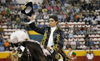 Miguel Moura em ombros em Aldea del Fresno (Espanha)